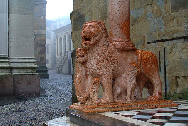 Bergamo_Basilica_Santa_Maria_Maggiore_Protiro_di_Giovanni_da_Campione
